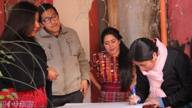 Para penerjemah memberikan suara kepada pendatang asli
